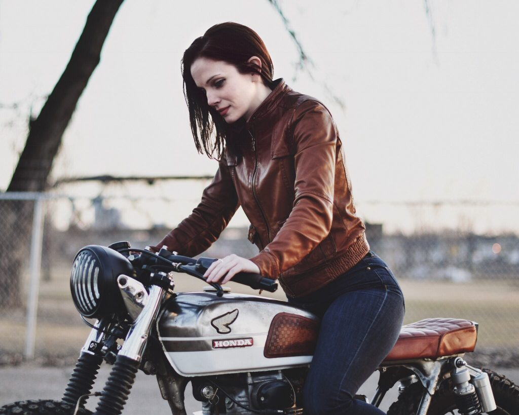 Gazoline Romantic-Nicole Rath-moto-kustom-Custom-Washington-Minneapolis-bikeuse-motarde-femme-motorcycle-The Moto Collective-préparation-rideuse-bike-