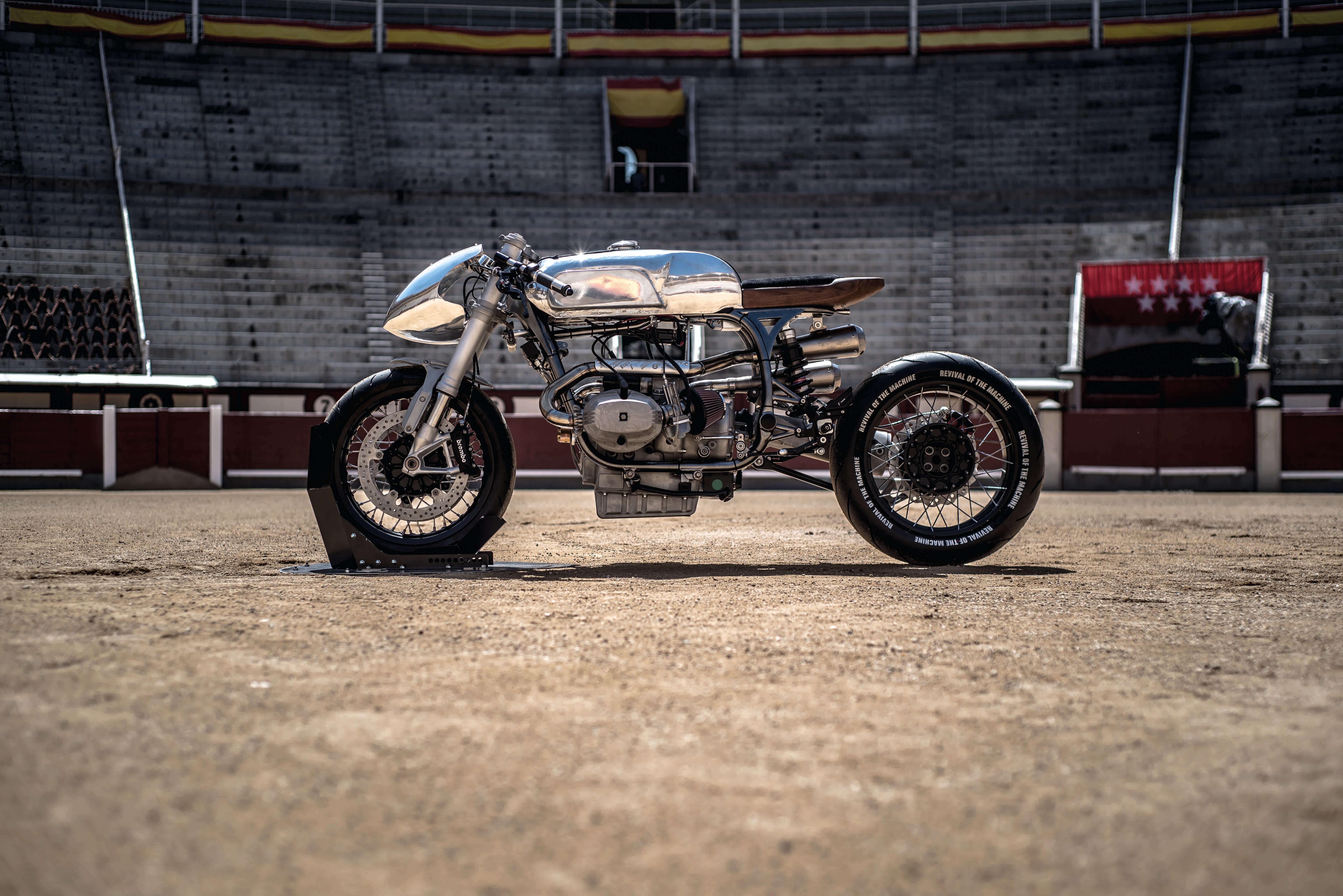 cafe racer R100 revival of the machine