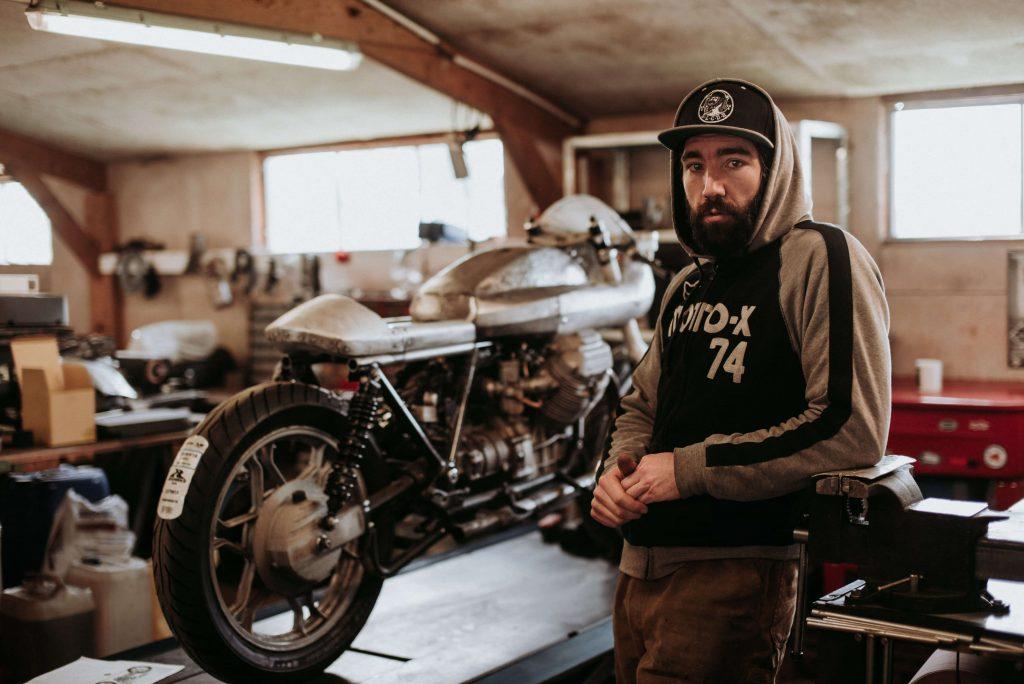 Une yamaha sr400 et une bmw r80 7 by sur les chapeaux de for Garage preparation moto