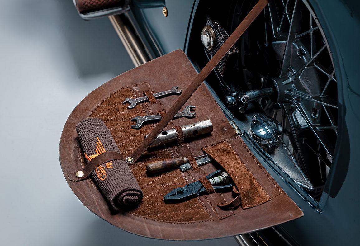 Panneau arrière contenant la trousse à outils