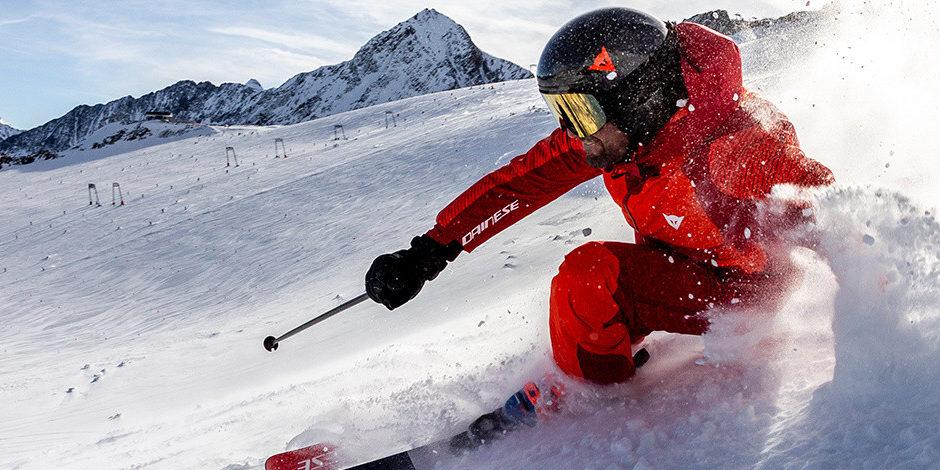 Skieur en combinaison Dainese