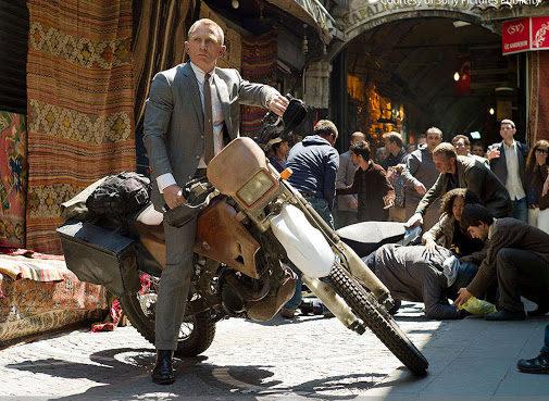 Daniel Craig au guidon d'une Honda CRF250R dans la scène d'ouverture de Skyfall
