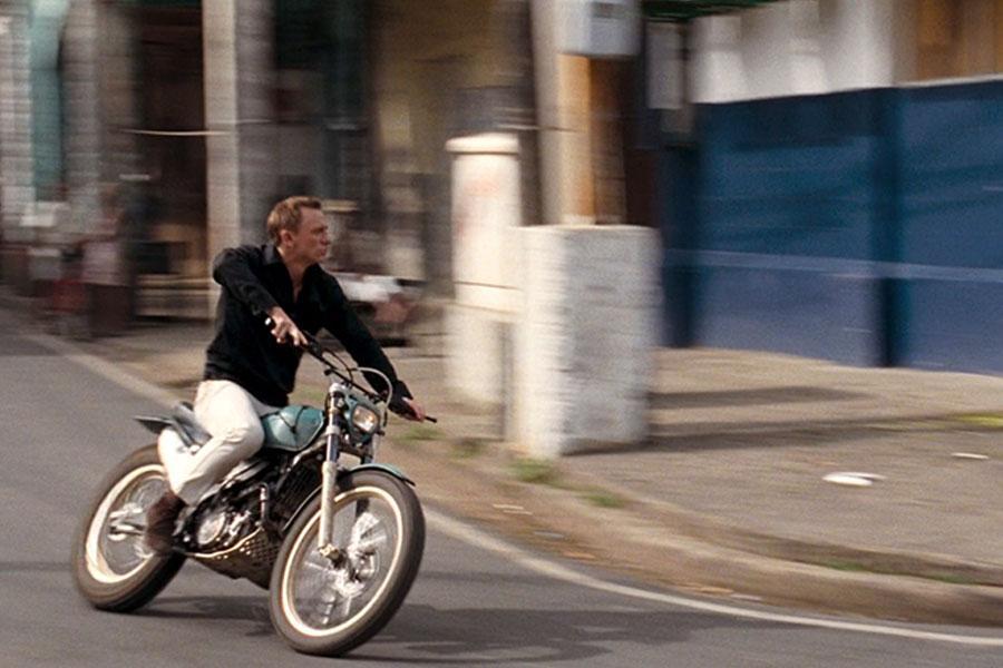Dans Quantum of Solace, 007 fait un petit tour sur une Montesa Cota 4RT