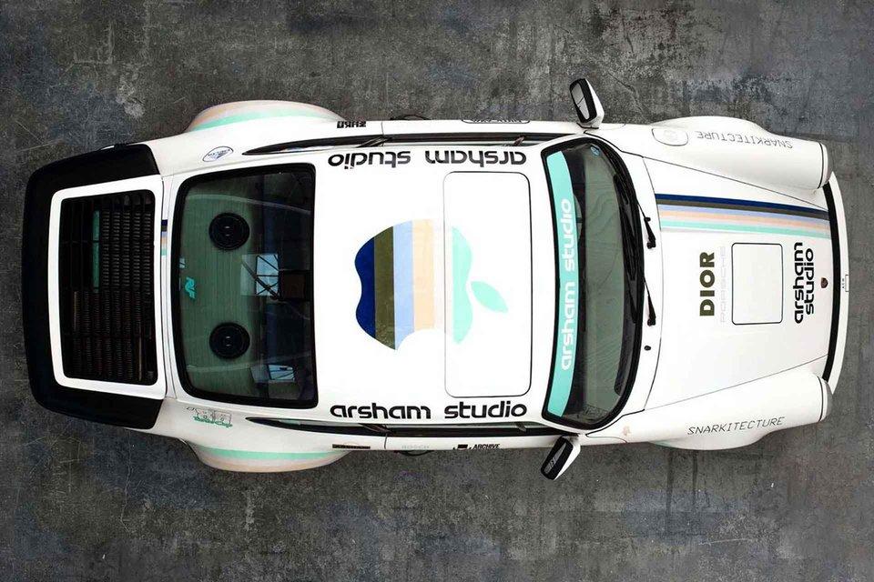 Vue du dessus de la Porsche de Daniel Arsham