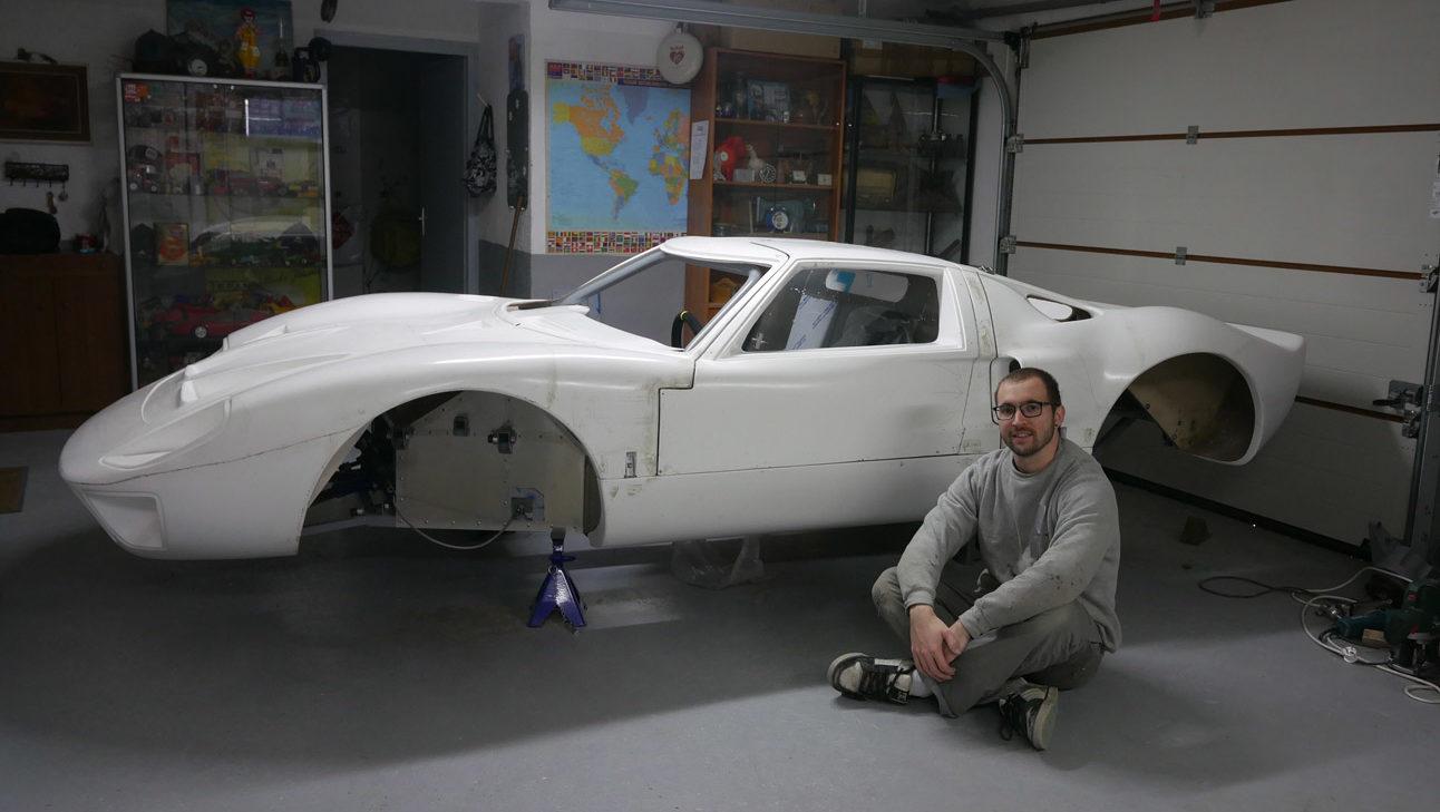 benjamin devant sa replique de ford GT40